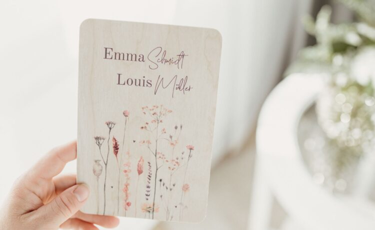 Wooden wedding invitations: each card is unique!