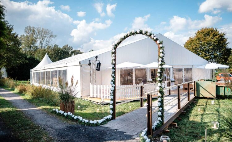 Garden wedding with celebration in the large wedding tent