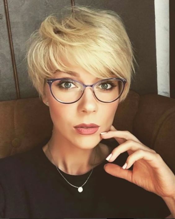 1632833073 897 The modern 10 hairstyles for beautiful women wearing glasses - The modern 10 hairstyles for beautiful women wearing glasses